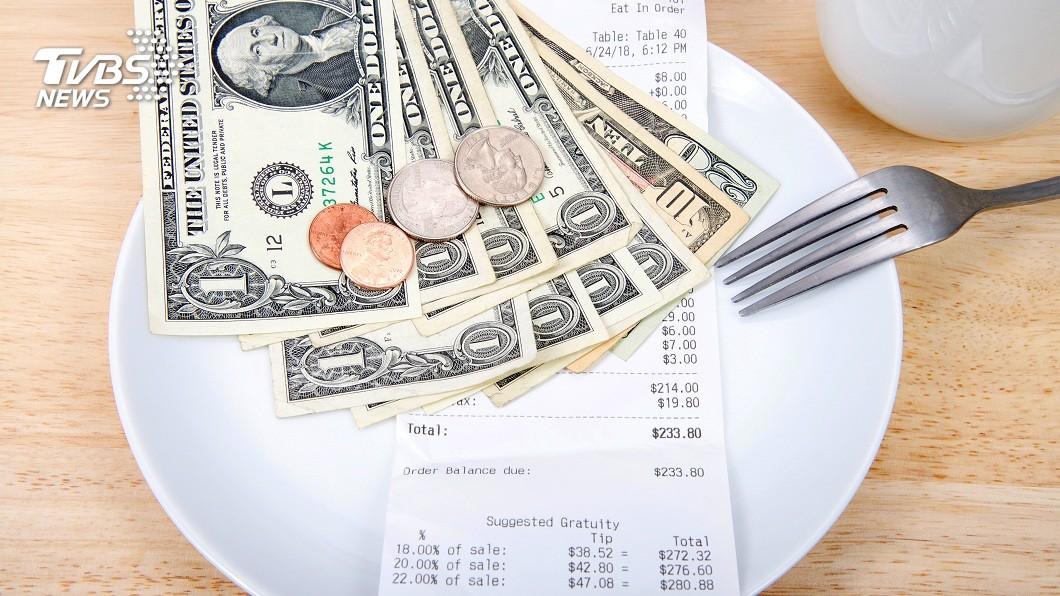 1名單親媽服務生在2020到來之前,收到1對好心客人給了6萬元小費。(示意圖/TVBS) 跨年大禮!暖心客消費690元 送單親媽服務生6萬小費