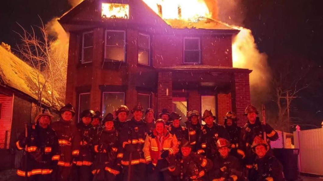 圖/翻攝自推特@NewsWithVictor 消防員跨年值勤!惡火前「開心大合照」惹眾怒