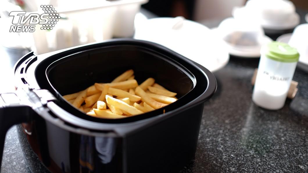 用氣炸鍋做出低卡少油的好料理。(示意圖/shutterstock 達志影像) 減脂又想吃洋芋片?3種「低卡少油」氣炸鍋料理健康吃