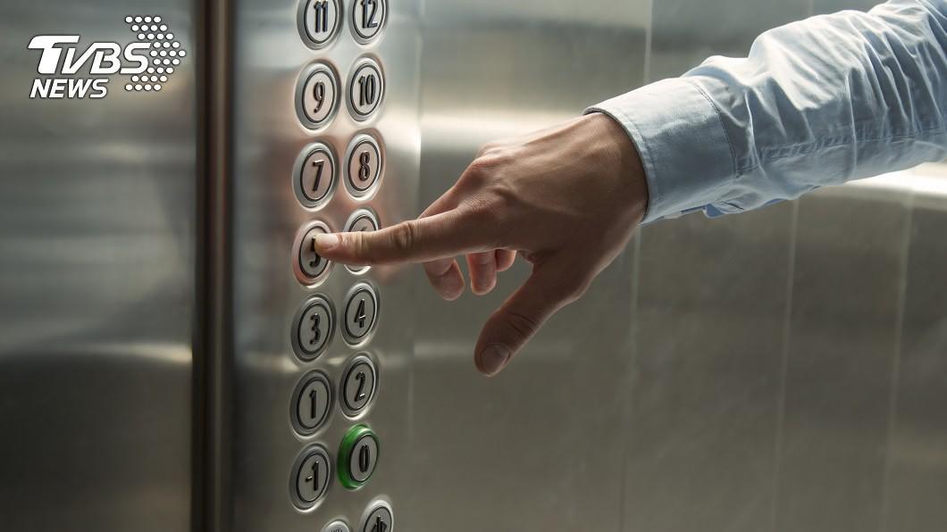示意圖/TVBS 外送員搶速度「筷子擋電梯」 一啟動下場超慘
