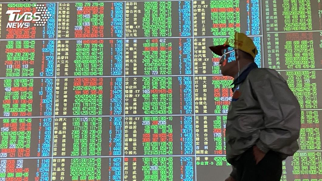 (圖/中央社) 美股收高激勵 台股拚重返月線