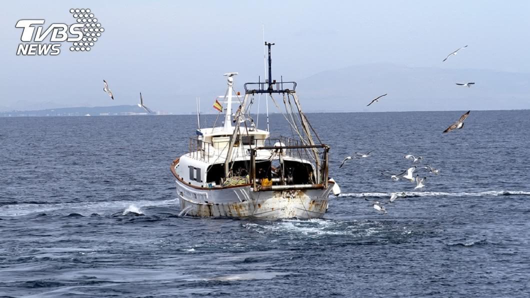 從事捕撈漁獲工作十分第危險,得面對突如其來的惡劣海象。(示意圖/TVBS) 夢幻工作超危險…5天賺3百萬 14年死179人