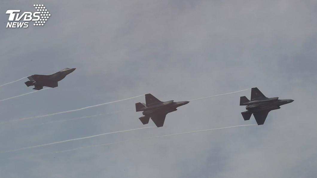 圖/達志影像美聯社 川普警告伊朗後 美展示52架F-35戰機壯觀軍演