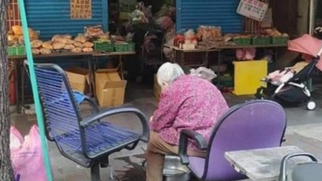 圖/林姓網友授權提供 老伴肺炎!駝背嬤賣餅乾籌醫藥費 熱心女號召「下架」