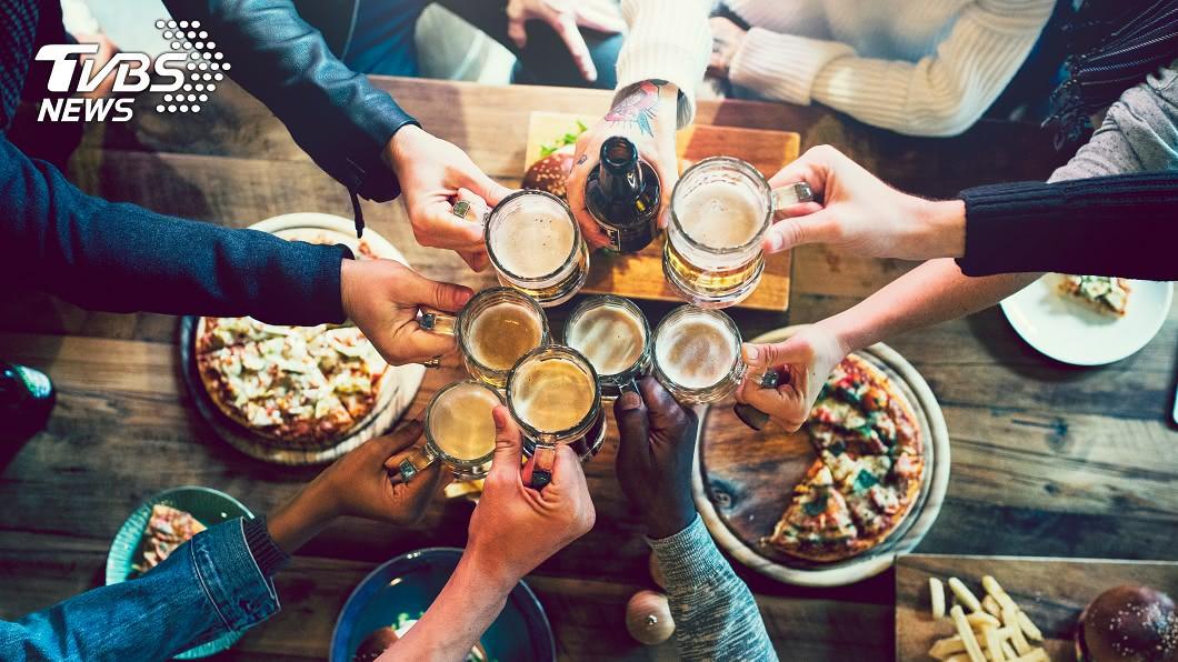 一場家庭聚餐後,竟有7人感染新冠肺炎。(示意圖/TVBS) 一家人吃個飯「7人確診新冠肺炎」 一周內4死3住院