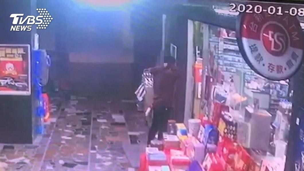 圖/TVBS 「一萬元還來」!討債反遭追殺 逃超商求救