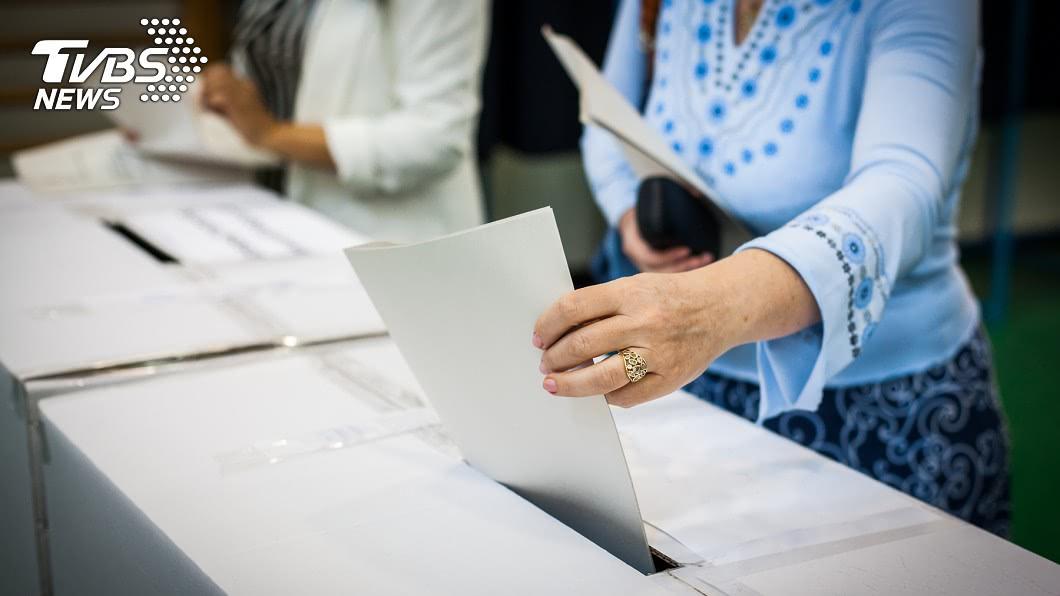 (示意圖/TVBS) 投票印泥太濕「一蓋變2張」 彰化現場更換總統選票