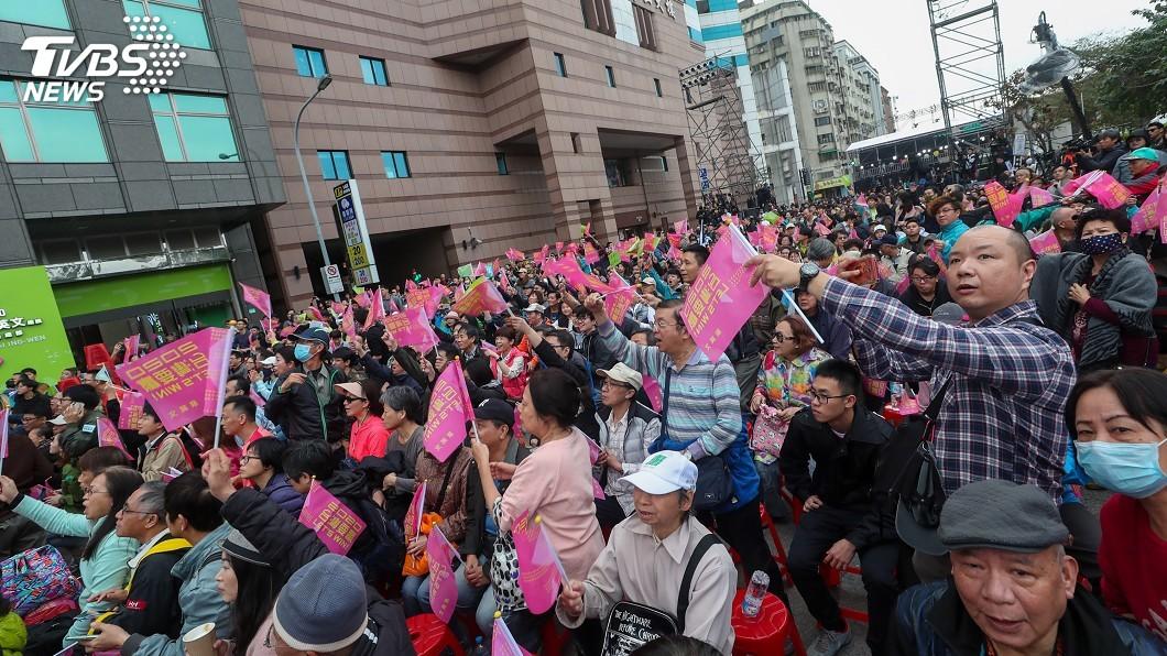 圖/中央社 蔡英文支持者氣氛熱烈 晚間8時開國際記者會