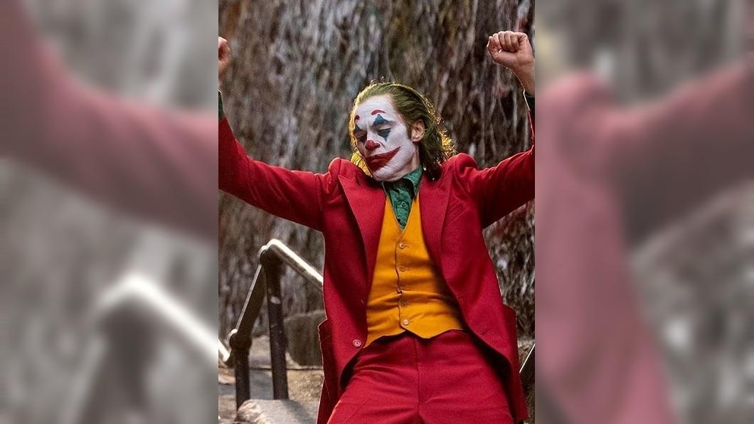 圖/翻攝 joaquinphoenixactor instagram 「小丑」參與非法集會遭逮 美警押送離場