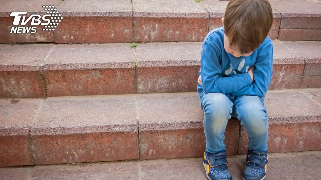 (示意圖/TVBS) 忘帶鑰匙!男童縮樓梯間低頭發抖 暖警1舉動有洋蔥