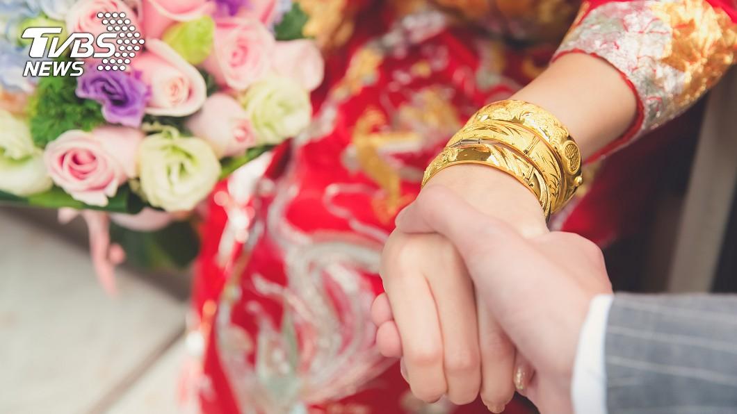 在華人社會中,結婚嫁娶在傳統上有許多習俗需要遵守。(示意圖/TVBS) 迎娶丟扇子不夠看 新娘眼神超殺霸氣丟衝鋒槍