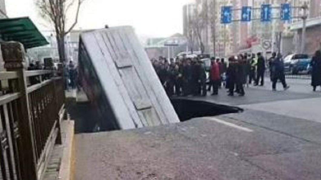 圖/翻攝自羞羞廣場院  微博 路面塌!公車突下墜 6死10失聯16受傷