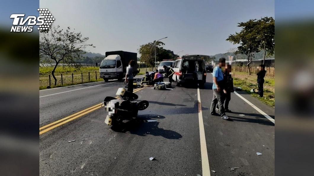 圖/TVBS 騎士遇紅燈直接左轉 遭小貨車撞飛慘死