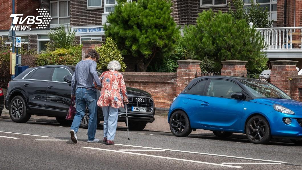 好心扶老太太過馬路 休假女警被車撞死