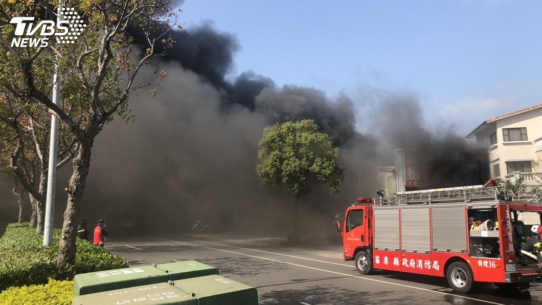 圖/中央社 苗栗汽車鈑金廠火警傳爆炸聲響 大量惡臭黑煙竄出