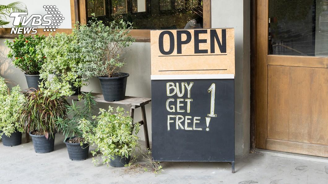 很多店家會推出「買一送一」的促銷活動。(示意圖/TVBS) 店家寧可「買一送一」也不願降價? 網友點出關鍵因素