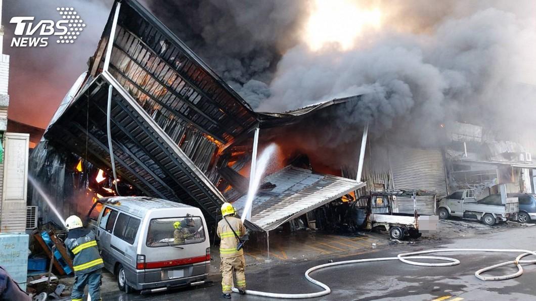 圖/高雄市消防局提供 楠梓工廠清晨大火濃煙竄天 空氣品質拉警報