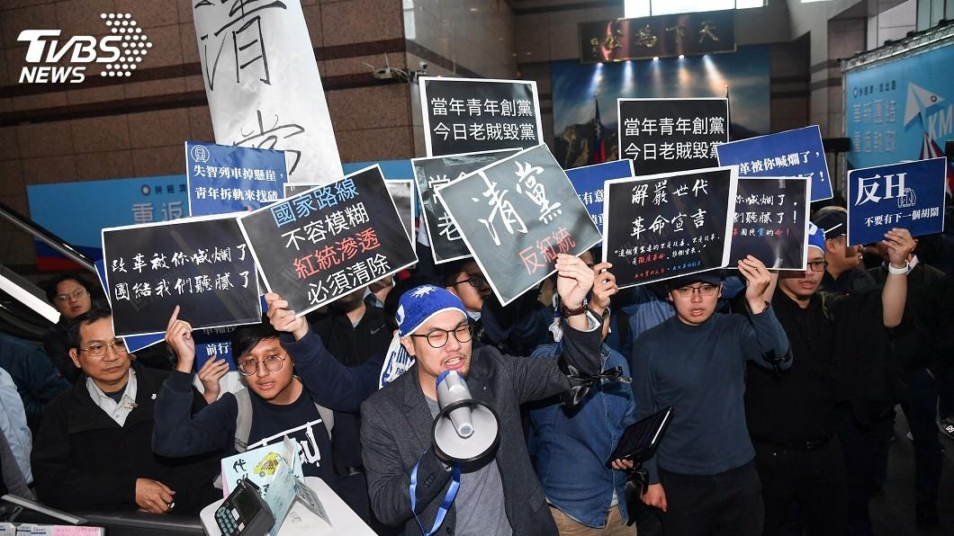 圖/中央社 國民黨中常會場外爆衝突 青年突襲高喊老賊下台
