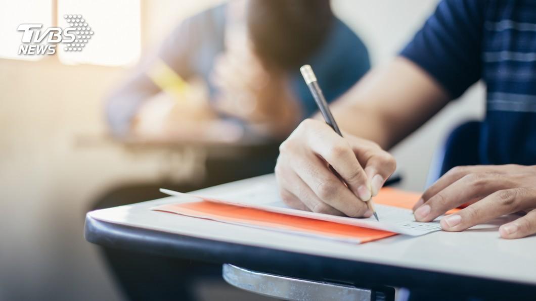 考試時必須專心且仔細應答,這樣才能考得好成績。(示意圖/TVBS) 考卷全寫對卻被扣4分 網一看大讚:老師用心良苦