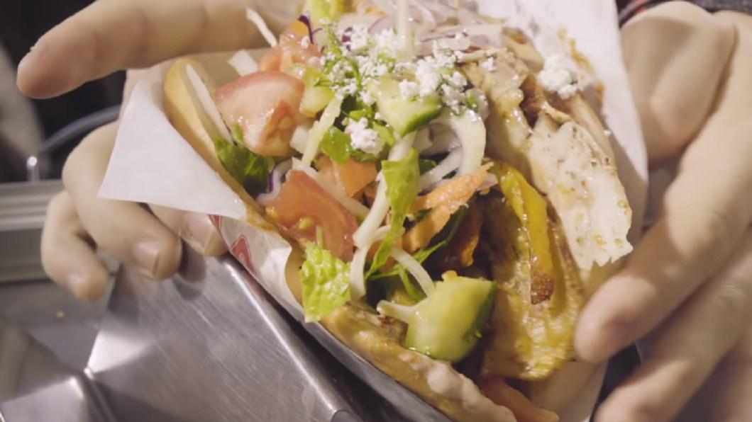 圖/翻攝自Food Insider YouTube 德式沙威瑪飄香柏林街頭 簡樸小販大排長龍