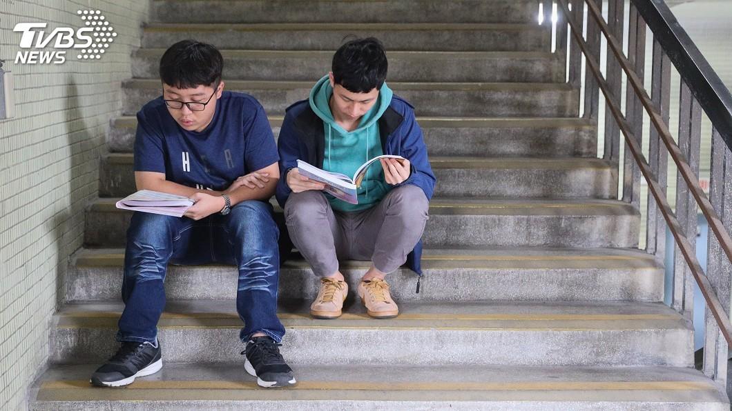 圖/中央社 看學測英文考題長知識 夾腳拖有分希臘式羅馬式