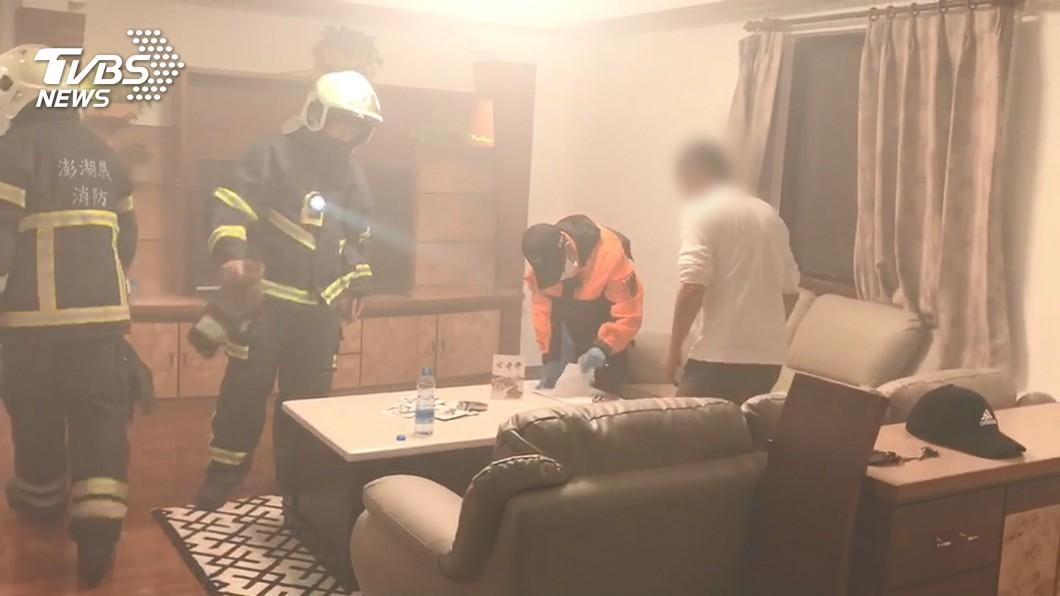 忘關火乾燒竄煙! 消防員破門屋主還在睡