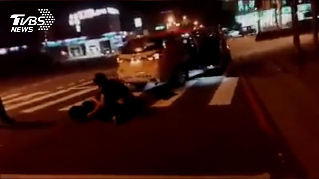 好糗! 3酒客當街揮拳鬼叫 小黃駕駛看傻