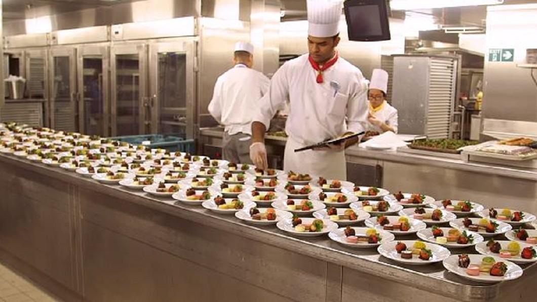 圖/翻攝自Business Insider youtube 一天出3萬份餐點! 世界最大郵輪備餐流程曝光