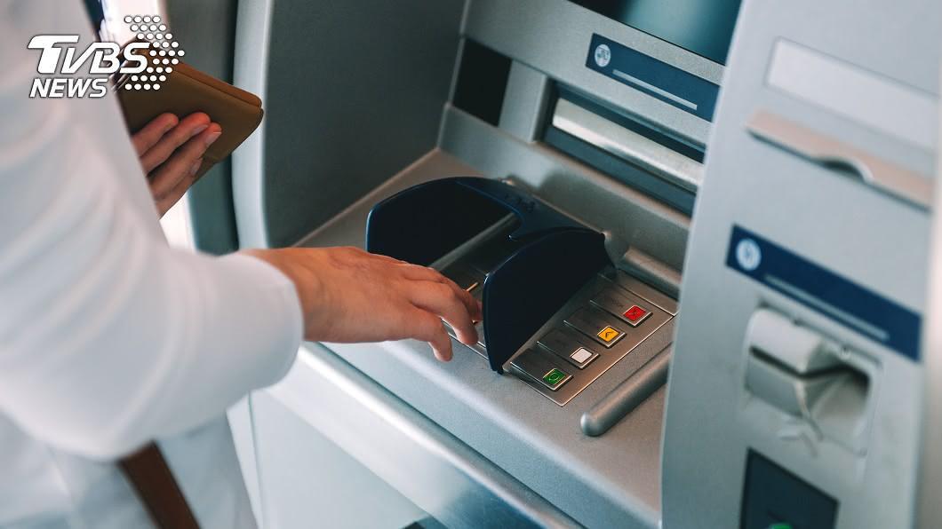 提款機對於現代人來說已經是生活不可或缺的工具了。(示意圖/TVBS) ATM前重複「領錢存回」 內行人曝大媽心機