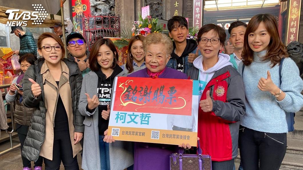 圖/中央社 民眾黨參拜新竹都城隍廟 贈千顆包子謝票