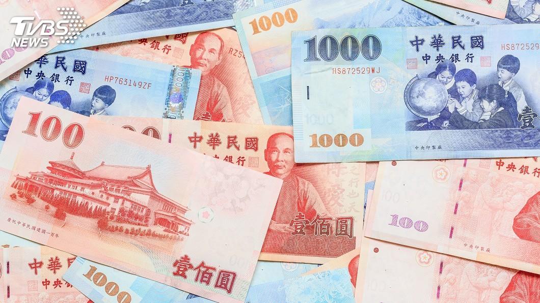 過年許多民眾都會去換新鈔求個喜氣。(示意圖/TVBS) 包紅包放舊鈔沒誠意?大家吵翻天 網友一語道破盲點