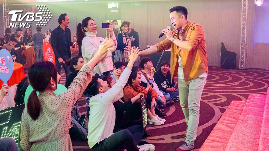 由TVBS主播藍于洺領軍的員工樂團,演唱超high搖滾樂曲,同仁湧上台前搖滾區爭相握手。(圖/TVBS) TVBS尾牙北中南連線 主播樂團High翻全場