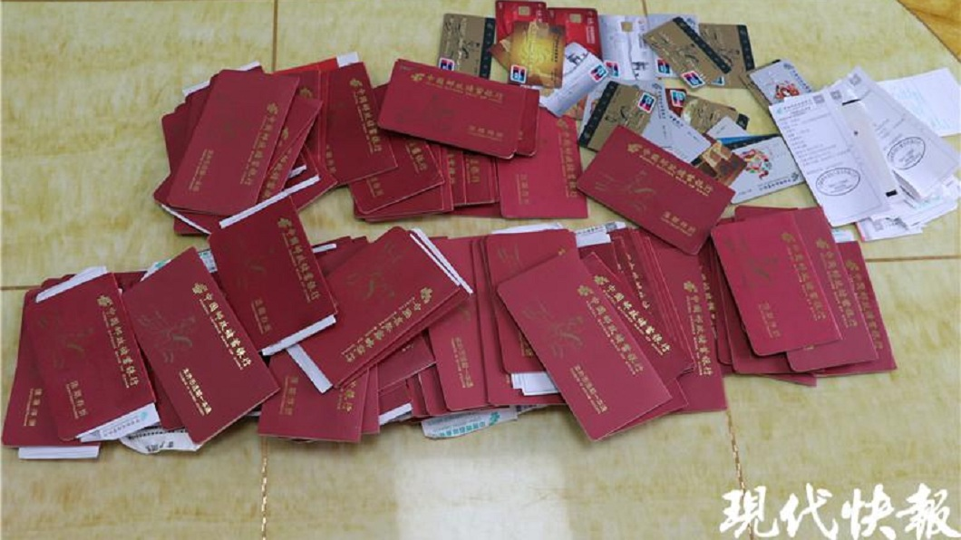 大陸1名女子日前在家中找到150多本存摺,以為家裡很有錢。(圖/翻攝自現代快報) 女翻出150本存摺「原來咱家這麼有錢」 父曝背後故事