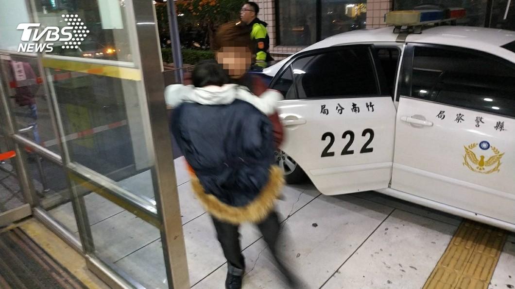 苗栗1名4歲女童突心臟病發,員警幫開道送醫急救順利挽回她一命。(圖/TVBS) 4歲女心臟病發 母路邊攔警車「連闖20紅燈」開道救命