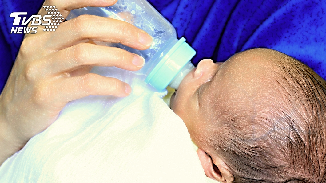 大陸一名粗心家長將白酒誤當開水沖泡奶粉。(示意圖/TVBS) 女嬰喝50度白酒 粗心家長:誤當開水泡奶
