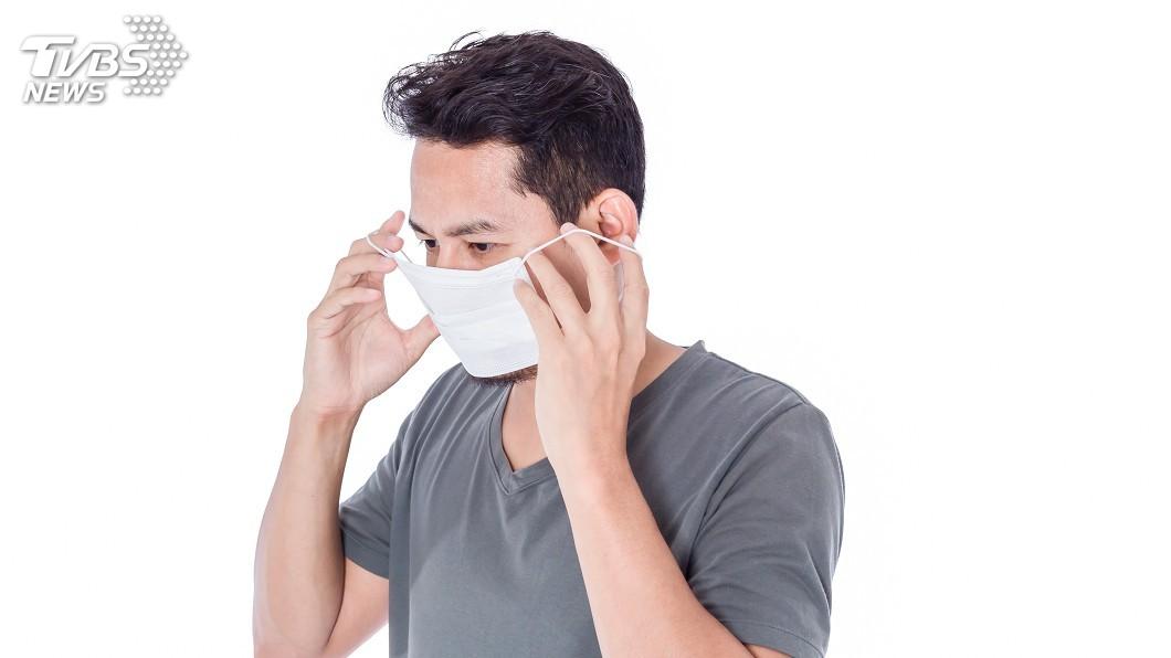 不止戴口罩,脫口罩跟如何丟棄也很重要,否則仍然有病毒入侵的可能性。(示意圖/TVBS) 別以為戴口罩就沒事 亂脫亂丟病毒照樣入侵