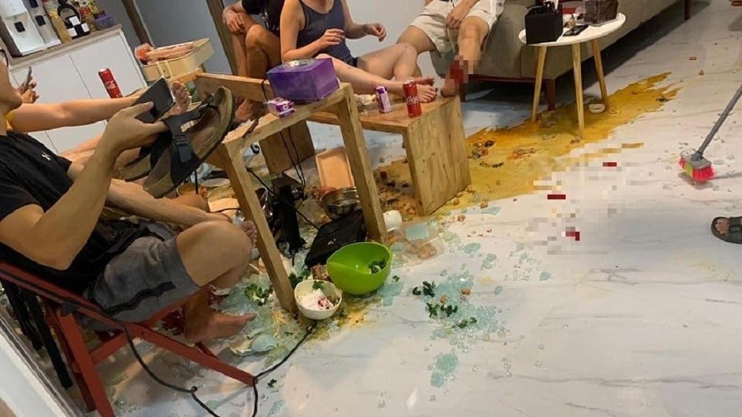 新加坡一群人日前聚在一起吃火鍋,沒想到卻突然發生餐桌爆裂的意外。(圖/翻攝自臉書) 圍爐吃火鍋變調!鋼化玻璃餐桌突爆裂 湯血混灑超狼狽