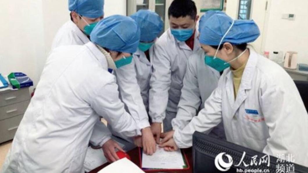 (圖/翻攝自人民網) 武漢肺炎燒!7醫「齊蓋紅手印」請戰:不計生死自願加入