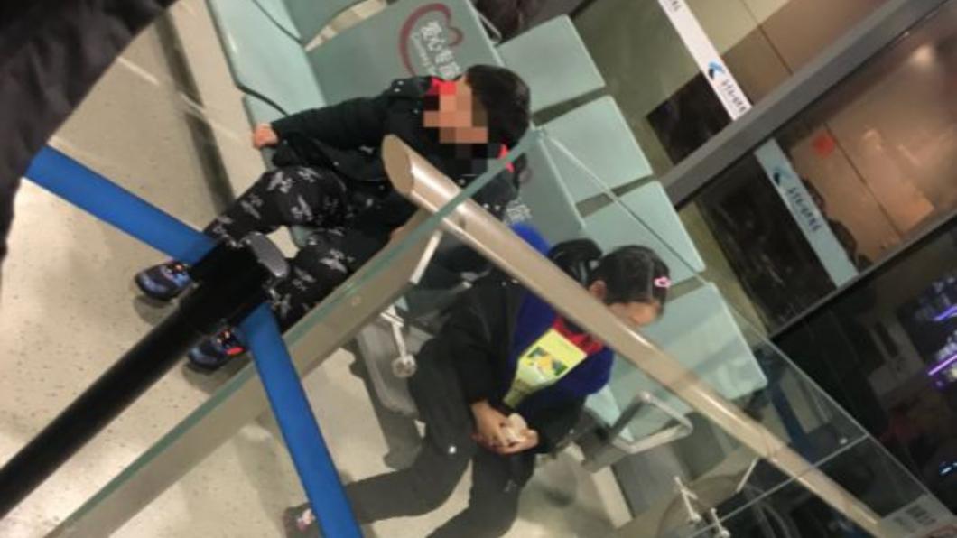 男童(左)因發燒登機被拒,一度被父母丟在包機場。(圖/翻攝自不羞zxp微博) 男童發燒上飛機遭攔 父母丟包獨飛拗到無隔離登機