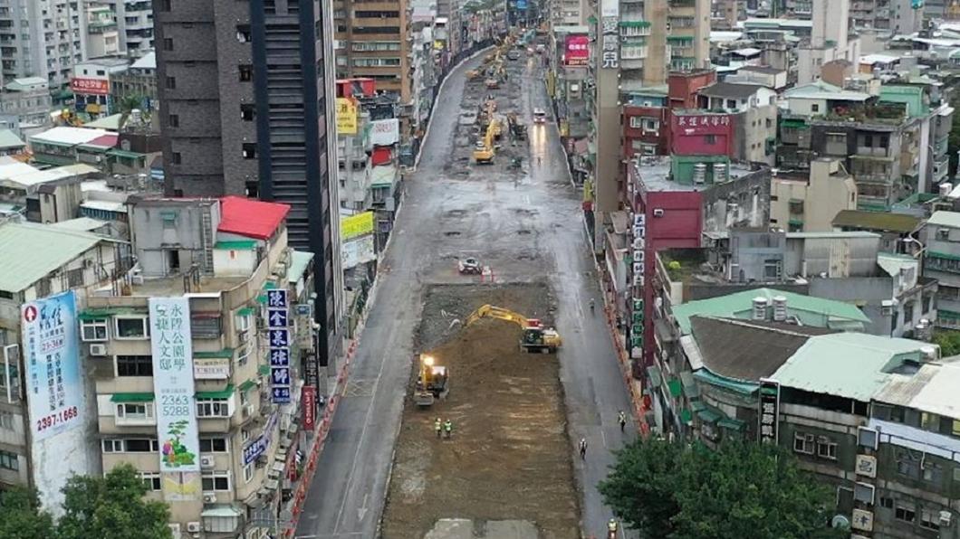 北市府僅用15小時就將中正橋重慶南路引道拆除。(圖/翻攝自柯文哲臉書) 中正橋引道拆除「閃電戰」 49年歷史15小時夷為平地
