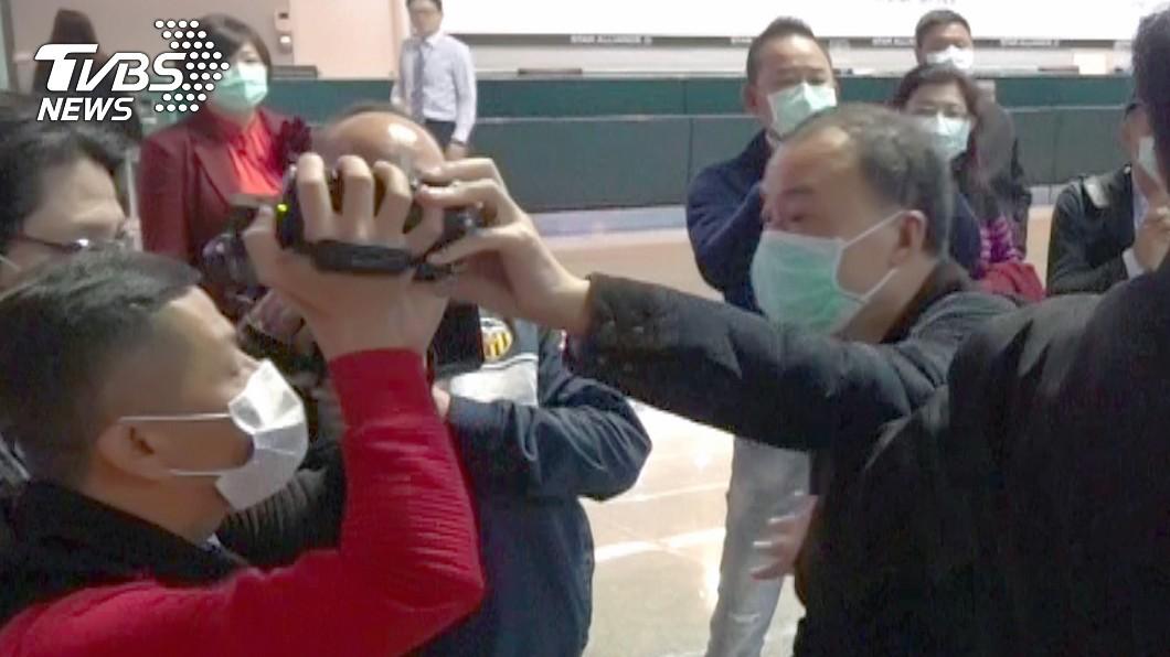圖/中央社 女陸客染病...武漢旅行團提前離境 受訪時怒抓攝影機