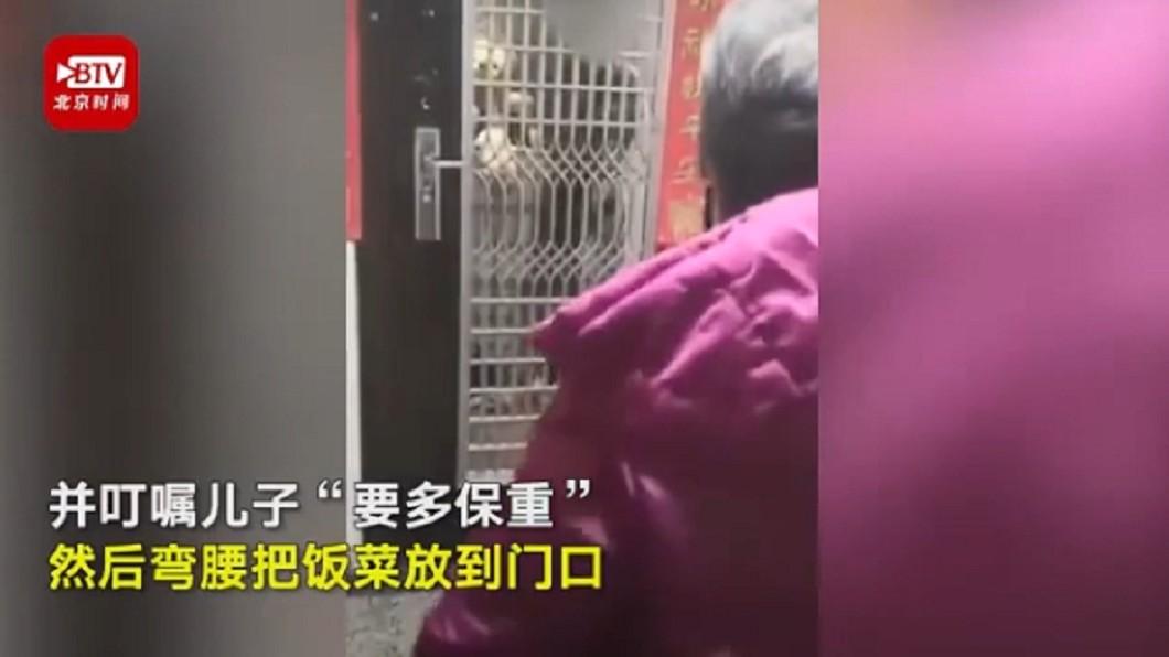 媽媽春節送飯給兒子,卻只能隔著門說話 (圖/翻攝自北京時間) 武漢醫生「身體不適」自主隔離 母隔門探望淚崩:要保重