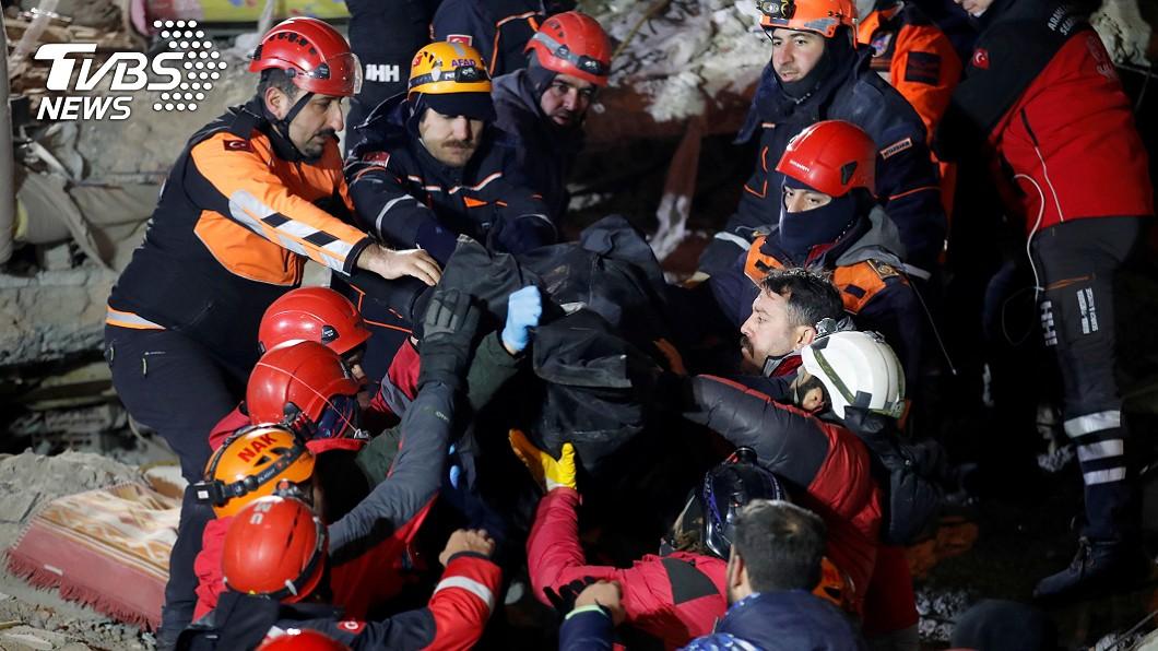 目前已有1千多名救難人員投入搜救 (圖/達志影像路透社) 土耳其淺層地震釀千人死傷 母護2歲女24小時雙雙獲救