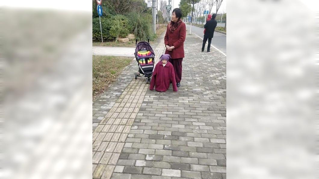 該名奶奶疑怕孫子冷到,讓孫子穿了超多件衣服、外套。(圖/翻攝自臉書社團「爆笑公社」) 阿嬤怕孫冷!童被包好包滿變肉粽 「超厭世臉」網全笑瘋