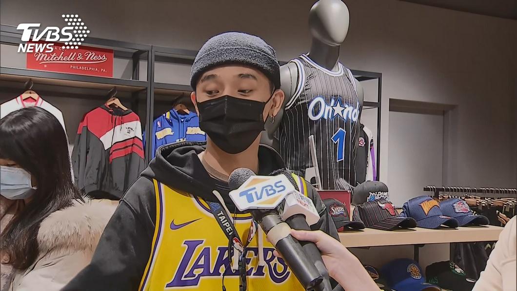 球迷搶買Kobe商品! 例行賽球衣賣破百件