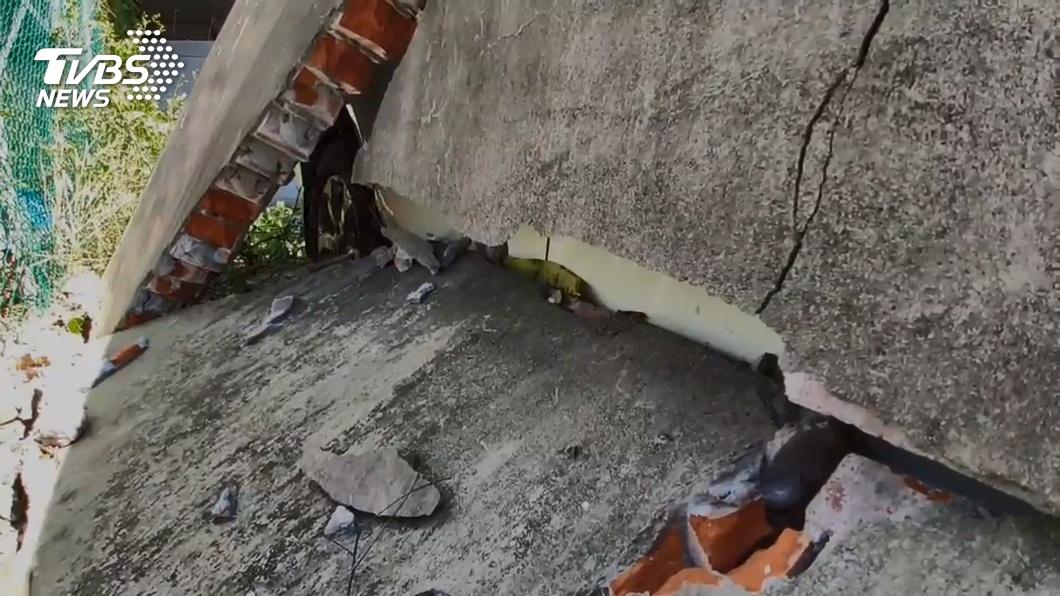 宜蘭風大吹倒水泥牆 轎車成「墊背」慘遭壓毀