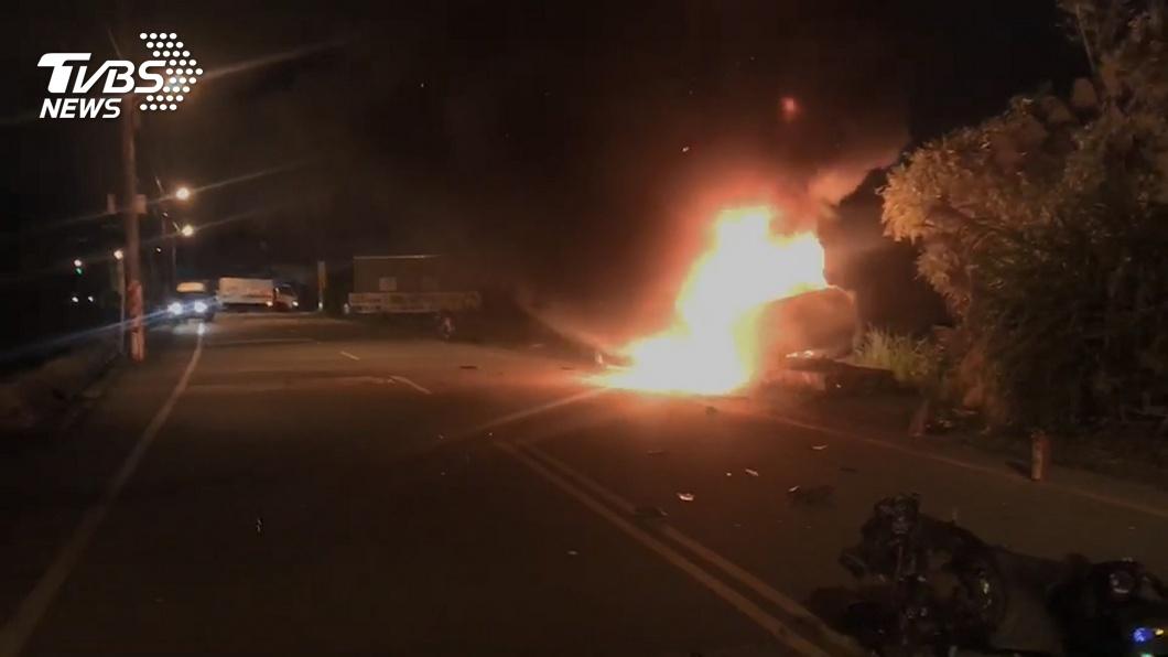 汽機車對撞火燒車 兄弟吃團圓飯前被撞飛