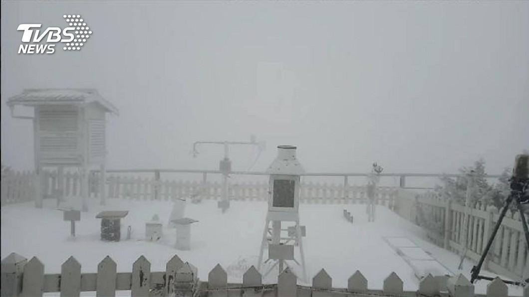 玉山在27日晚間10時開始降雪,目前仍持續中,積雪高度已達5.3公分。(圖/TVBS) 玉山合歡山降瑞雪 愈晚愈冷台南以北急凍剩8度