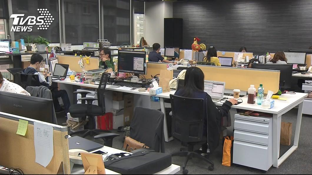 台中1名任職貨物海運報關工作將近25年的男子,在退休前7天竟遭到雇主解僱。(示意圖/TVBS) 僱主不願支付退休金 25年員工退休前7天慘遭解僱