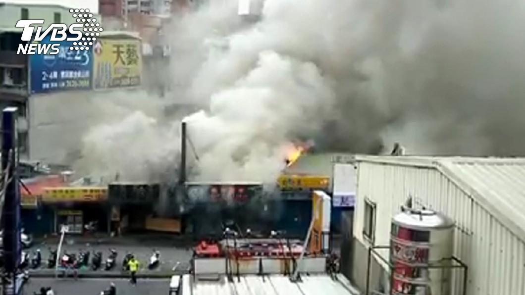 新北市淡水區中山北路一段某小吃麵店在下午1點傳出火警。(圖/TVBS) 忘記在熱油鍋!淡水小吃店驚傳火警